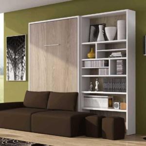 Cama abatible vertical con sofá delante y librería lateral.