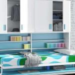 Cama abatible horizontal con mesa y armario incorporado.