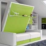 Cama abatible vertical con estante y sofá.