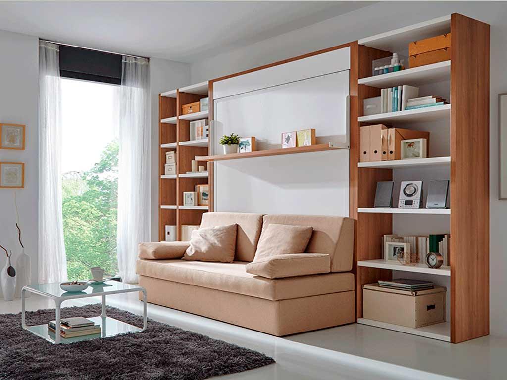 Cama abatible con estante y sofá.